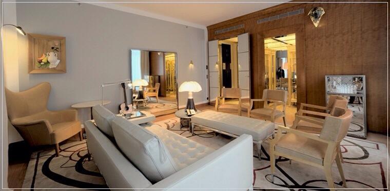 Palace Royal Monceau décoré par le designer Philippe Starck-lampe pipistrello