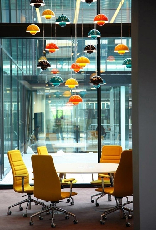 Egayez votre salle de reunion avec les lampes flower pot de verner panton for Luminaire multi suspension colore enfant