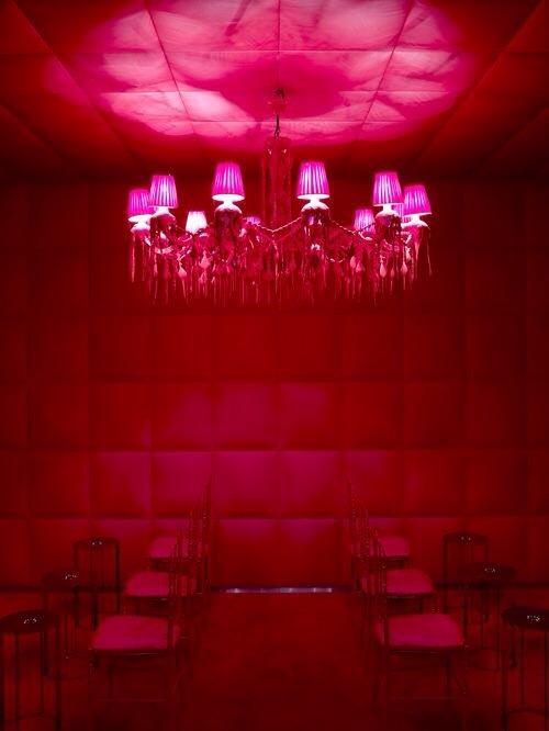 Palace Royal Monceau décoré par le designer Philippe Starck- bar rouge Paris