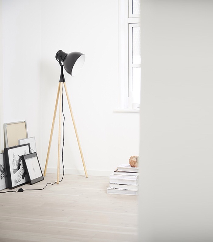 lampadaire scandinave - lampadaire de bureau - Frandsen lighting - made in danemark - lampadaire en bois noir