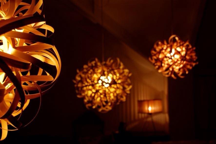 Tom raffield, designer anglais, luminaire ecolo, bois, lustre allumé