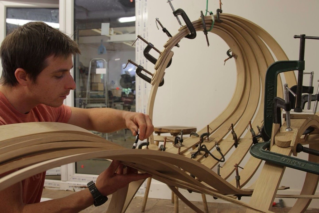 Tom raffield, designer anglais, luminaire ecolo, bois, travail du bois dans son studio