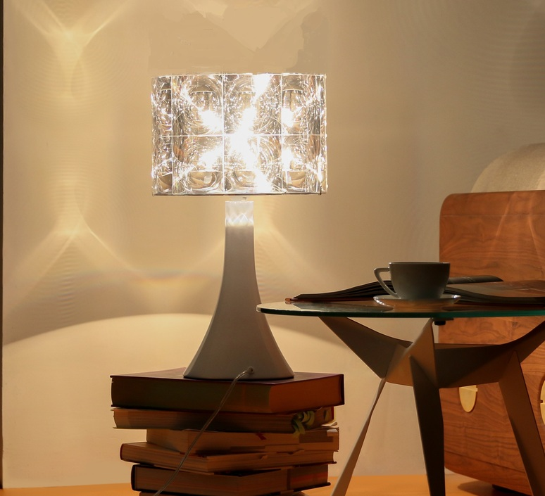 une belle lampe de bureau ca d poussi re tout un bureau episode 2 les ultra blanches. Black Bedroom Furniture Sets. Home Design Ideas