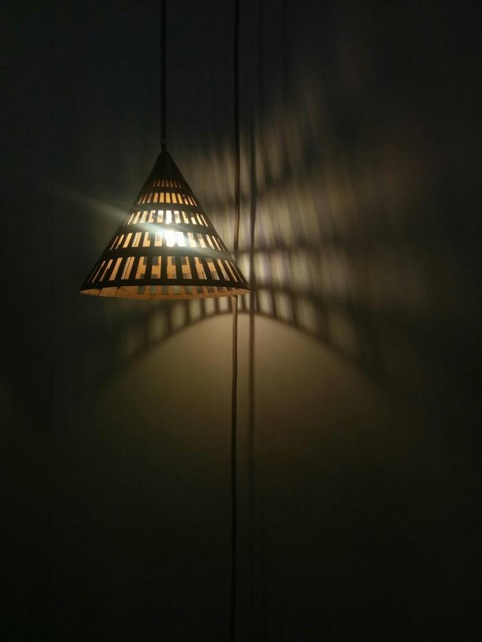 Suspension cuir et papier, de Alexandra Epée - Lulé Studios