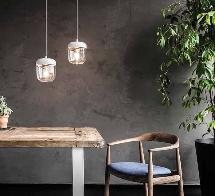 Les suspensions blanches des luminaires minimalistes et épurés pour un intérieur au style scandinave