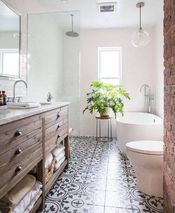 salle de bain chic tabouret en bois dans cette salle de bains moderne panier de saison ubb la. Black Bedroom Furniture Sets. Home Design Ideas