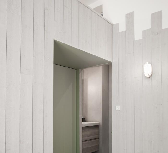 Une salle de bain chic et lumineuse avec des luminaires design adaptés !