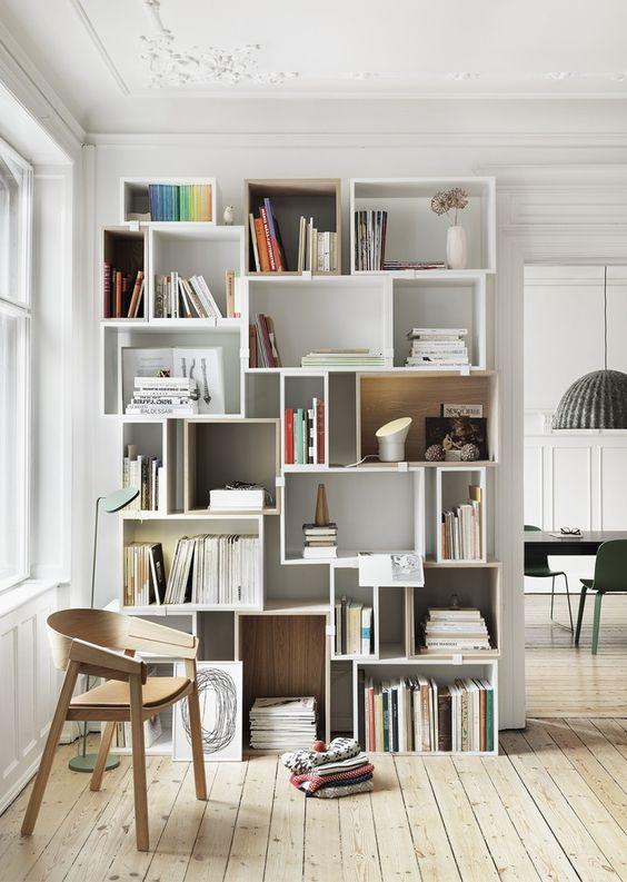 Une bibliothèque jolie et éclairée avec des luminaires design & signed...