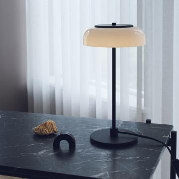 Tentez de gagner la lampe à poser Blossi de Nuura, grâce à notre jeu concours printanier !